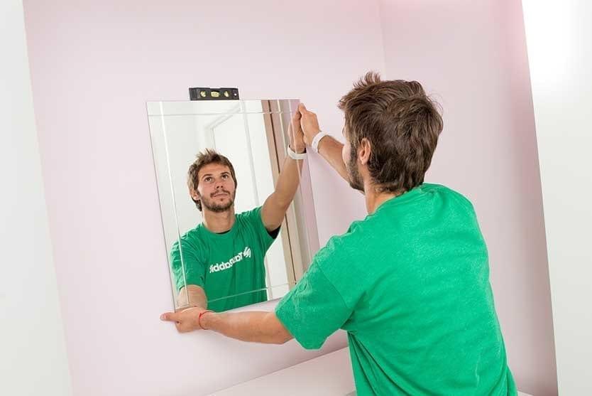 Taskrabbit tasker hanging a mirror.